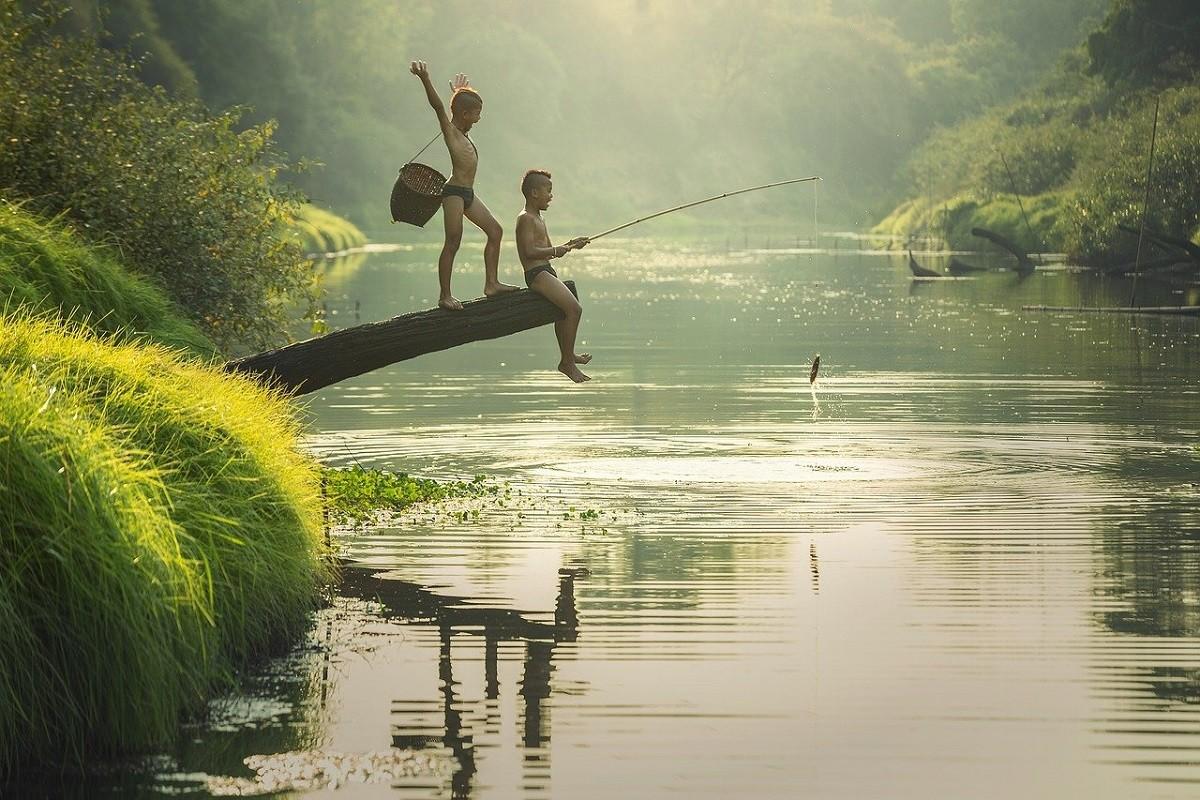 Дети на рыбалке